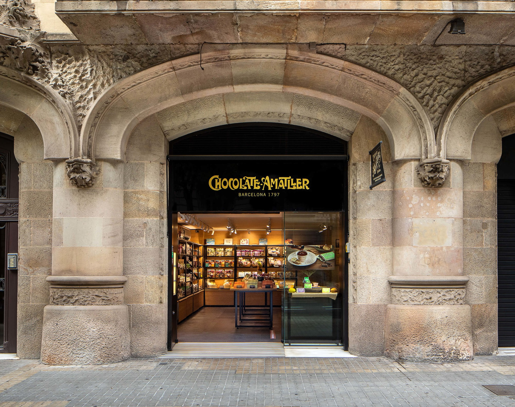 Façana de la botiga de Chocolate Amatller a la Pedrera a Barcelona